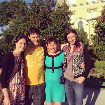 Люба с сестрой и родителями